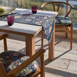 モリスデザインスタジオ ジャカード織シートクッション〈いちご泥棒〉 [コーディネート例] (ア)ダークブルー系 ※お届けはシートクッションです。