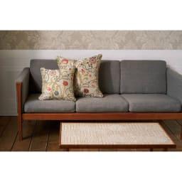 モリスデザインスタジオ ジャカード織クッションカバー マリーイザベル 手前が45×45サイズ、奥が60×60サイズ