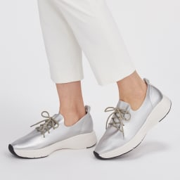 ニューモ スニーカー風スリッポン (ウ)シルバー 日本人の足に合わせた履きやすいつくりになっています。