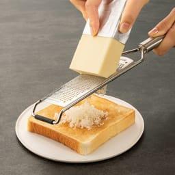 マイクロプレイン・プロシリーズ ステンレス製ゼスター おろし金 冷蔵庫から出したばかりの固いバターも、トーストの上で軽くするだけでホイップバターのようにふわふわにおろせます。