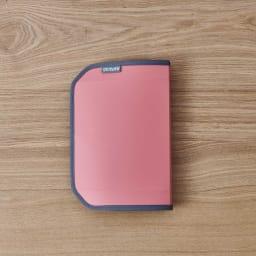 ORU tote(折るトート) しっかり底の折り畳みエコバッグ 底を半分に折ると、フラットなシート状に! おしゃれな手帳のような形状に。 折りたたみ時外寸(約16×23cm)・厚さ2cm ※色はア色