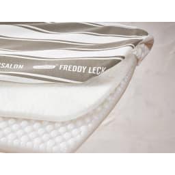 フレディ サイトウ アイロニングボード スタンドタイプ ボードは三層構造。カバー…綿素材の丈夫なカバー。フェルト…熱を逃さない厚いフェルト。ボード土台…凹凸があり余分な蒸気を逃す。