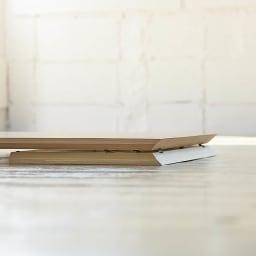 Slim すっきり折りたたみ可能なデスク 幅75cm 折りたたんだ時の厚さはわずか約5.5cm。ちょっとしたすき間にも収納できます。