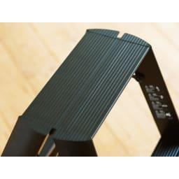 ルカーノ2段 50周年特別プレミアムモデル ウォールナット柄 【限定100台】 幅が広く滑りにくい波型ステップ。(※お届けの色とは異なります)