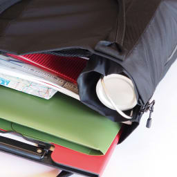 WARP(ワープ)トランスフォーム ジッパーバッグ 普段はA4サイズ対応のバッグに。マチ部分がポケットになり、折りたたみ傘なども収納可能。底板が立ち上がり、仕切りになるのも嬉しいポイント