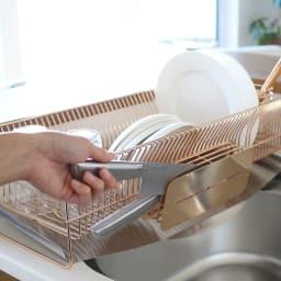 水切りカゴに引っ掛けても使える2ウェイ包丁ホルダー ナイフスタンド ローズゴールド 刃先が隠れるから安心。すっと包丁をしまえ、水切りかごに装着すれば同時に水切りもできる優れもの