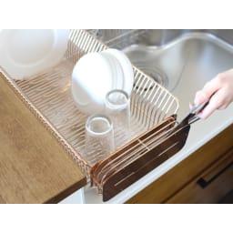 水切りカゴに引っ掛けても使える2ウェイ包丁ホルダー ナイフスタンド ローズゴールド お手持ちの水切りかごに引っかけることができます。