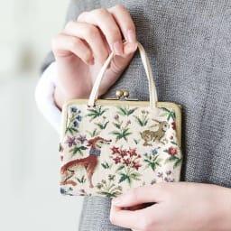 Coquette(コケット)ゴブラン織 口金財布 口金財布はハンドル付きでプチバッグ風に持てます。