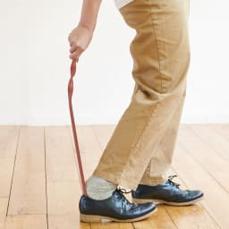 ペーパーメイド シューホーン 靴べら 紙ならではの柔軟性に、ひねりを加えることでよくしなり、足入れよく使いやすい。