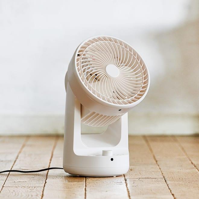 ±0(プラスマイナスゼロ)DCサーキュレーター B320 上下左右の同時首振りが可能。エアコンとの併用でお部屋の温度を均一に整えます。
