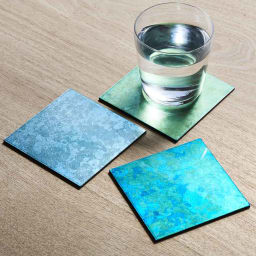 HAKU LA TABLE(ハク ラ ターブル)コースター1枚 写真左:(イ)ライトブルー系 写真右:(ア)ブルー系 写真奥:(ウ)ライトグリーン系 ※光源や見る角度によって色目は異なります