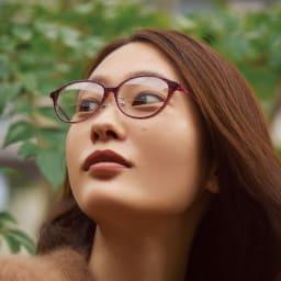 アイブレラルーペサングラス (ウ)ボルドー コーディネート例 柔らかい印象を与えるボストン型をベースに、日本人女性に似合うフレームを追求。一般的なサングラスには抵抗がある人もかけやすい。