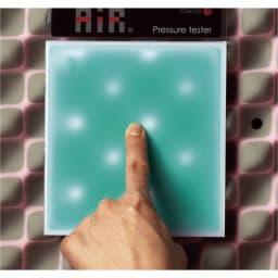 西川 エアーポータブル モバイルマット 白い部分が圧迫されている箇所。エアーは指で押さえた点だけでなく、凸凹で圧迫を数か所に分散し、血行を妨げません。