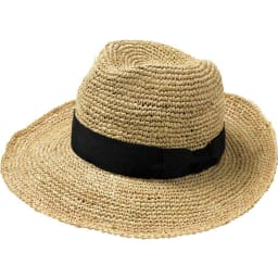 中折れラフィア帽 (ア)ブラック 鉄板の黒リボンとモードなグレージュの2色を用意 黒リボンはカッコよく決まるお洒落さ。帽子初心者におすすめです。グレージュはどんな洋服にも合わせられる自由度が新鮮。印象が違うので、どちらも欲しくなる!