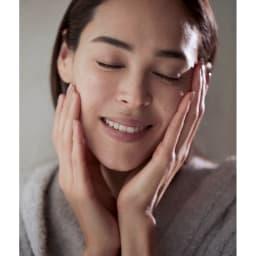 _NEUR/アンダーノイル タイムレスジェリーセラム 50g 手のひらで顔全体になじませれば、精油の香りがふわりと広がり至福の気分でケアできます。