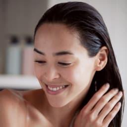 ボタニコート スカルプリバランシング シャンプー 310ml トリートメント浸透のコツ! 髪を洗った後、しっかりと水気を切ってから適量をなじませます。ダメージが気になる部分や毛先は、ていねいにもみ込むようにしましょう。2~3分置いて洗い流します。