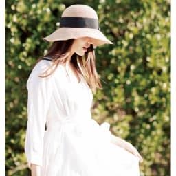 ESTHAT ラフィア帽 コーディネート例…幅広のリボンが顔立ちまでエレガントに 高級感のある幅広のリボンがアクセント。顔立ちをさりげなく引き締めながら、エレガントな雰囲気をプラスしてくれます。