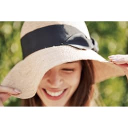 ESTHAT ラフィア帽 コーディネート例…ワイヤー入りでつばが自由に動く 顔がキレイに見える角度に、つばの角度を自由に調整。日差しが強い時はつばを下げて、日差しから徹底ガード。
