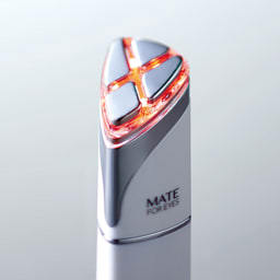 アクシージア/AXXZIA メイトフォーアイズ(目元ケア美顔器) 温熱RF機能により表情筋を優しく温めます。出力レベルは2段階。(レッド:出力レベル強)