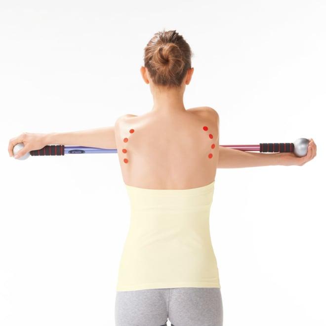肩甲骨ストレッチ ai'spole(アイズポール) 肩甲骨にマーカーを付けて動きを検証。ぐるっと回すと、ぐ~んと伸びてはがされる!