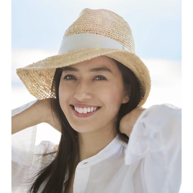 中折れラフィア帽 (イ)グレージュ コーディネート例 2品とも東レ セベリスR(抗菌防臭素材)シルリード(R)(吸汗素材)を裏地に採用。