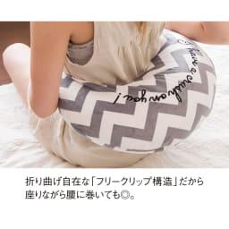 ルルド ホットネックマッサージピロー メルティタイム 折り曲げ自在な「フリークリップ構造」だから座りながら腰に巻いても◎。 ※お届けの色は限定カラーとなります。