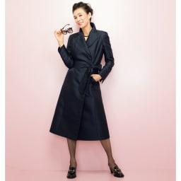 シルク ダブルウェーブ 撥水 トレンチコート コーディネート例 /共布ベルトでウエストをマークして美麗なドレスコートとして着こなすシンプルスタイル。ドラマチックな大きめの襟や袖口のスリットが着こなしにニュアンスを演出。ダークネイビーのコートに、女性らしい抜け感を授けてくれます。