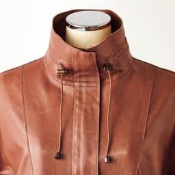エントルフィーノ モッズ風デザイン コート スタンドカラーは立てたり、折ったり、ドローストリングでニュアンスを付けたり…様々な表情を演出できます。