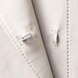 トルコ製 ラムレザー ステンカラーコート フロント開きはホック仕様。受け側は共革のループで、開けて着用しても目立ちにくいように配慮。