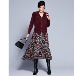 ラッティ社 トライバルプリント タックギャザースカート コーディネート例 /深みのある赤をキーカラーに、エアリーなファーニットと滑らかなシフォンのスカートで、冬の素材ミックスを楽しんで。