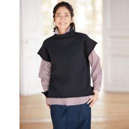 コットンブロード ストライプ シャツ コーディネート例 /ゆったりと着られるストライプシャツに、プルオーバータイプのざっくりニットジレを重ねた着こなしです。