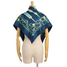シルクツイル ベルトモチーフ スカーフ 着用例