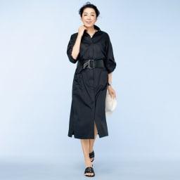 イタリア素材 サファリシャツ ワンピース コーディネート例 /ワンピースとして、幅広のサッシュベルトでメリハリを付けつつ、腰位置を高く見せるバランスを演出。スパイシーな小物が叶える高感度な黒の着こなし。