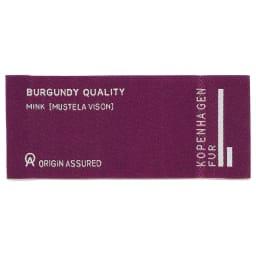 「コペンハーゲンファー」 ブルーアイリスミンク コート 「BURGUNDY」ラベルは、ミンクの品質を厳格に管理する「KOPENHAGEN FUR」の信頼の証し。