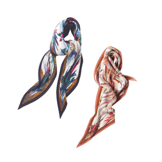 フェザープリント プリーツ スカーフ 左から (イ)ネイビー系 (ア)ピンク系