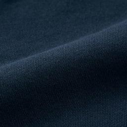 吊り裏毛 ガゼット プルオーバー (イ)ネイビー 生地アップ 吊り編みは自重だけでゆっくり編んでいくので、生地にテンションがかからず、洗濯を繰り返しても縮みにくいのが特徴です。