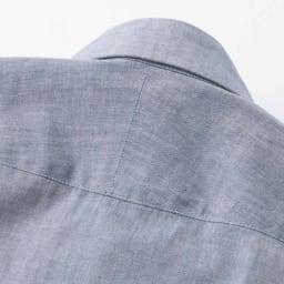 SCENE(R)/シーン ムラ糸シャンブレー シャツ(日本製) スリム 斜めに伸びる生地の特性を生かし、肩のラインに沿って斜めに縫い合わせたスプリットヨークを採用。 ※画像は同シリーズの別商品(UY16-01)です。