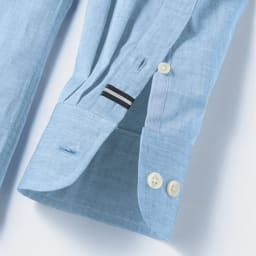 SCENE(R)/シーン 7DAYSジャパンメイドシャツシリーズ シャンブレーサックス 上剣ボロにグログラン、下剣ボロには別布を施し、さりげない遊び心をプラス。