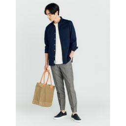 SCENE(R) 7DAYS ジャパンメイドシャツシリーズ ネイビーオックス コーディネート例 インにしても決まる着丈 アウトはもちろん、インにしてもかっこよく決まる着丈に。