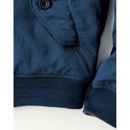 中綿リバーシブルブルゾン パイピング仕様になったヘム、ナット調のボタン、袖口と裾のタックなど細かいディテールにこだわった丁寧な作り。