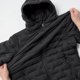 デザインキルト ストレッチダウンブルゾン 横ストレッチの素材で、従来のダウンジャケットより格段に快適な着心地です。