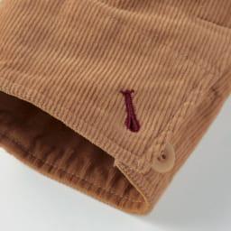 コーデュロイ切替ジャケット 袖口のボタンホールは糸の色を変えて、遊び心を。デザイン的なアクセントにしています。