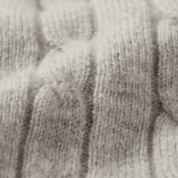カシミヤ混ケーブル編み ニットプルオーバー カシミヤをブレンドしたウール素材で、柔らかな表情。ずっと触っていたくなる心地よさです。