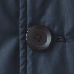 中綿入り リバーシブル ステンカラーコート 裏面 ボタンはツヤなしを採用。