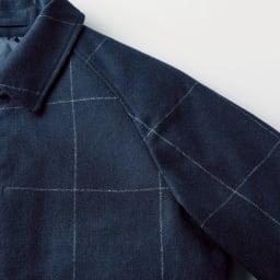 中綿入り リバーシブル ステンカラーコート 肩のラインにきれいに沿うラグランスリーブは袖通ししやすく、ゆとりあるシルエットに。