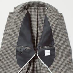「Harris Tweed」 ウールジャケット フロントの計3つのポケットのほかに、内側の両玉縁ポケットも備えています。