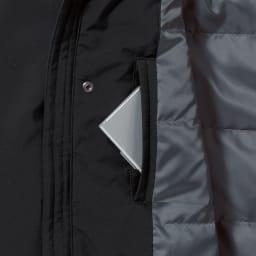高フィルパワーダウンコート 内側は胸元にもポケットがあり、フロントと合わせると合計8個という抜群の収納力。