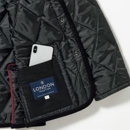 LONDON Tradition/ロンドントラディション キルティングジャケット デザインポイントにもなるフロントポケットのほか、スマホなどが収まる内ポケットつき。