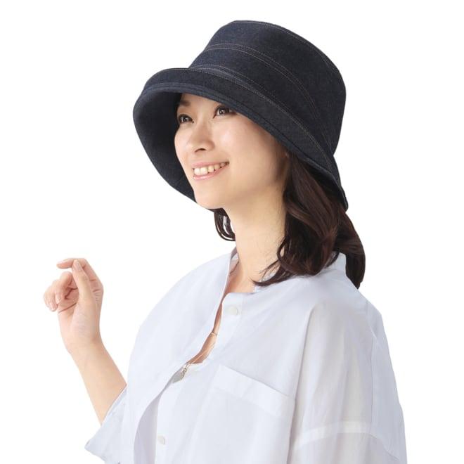 岡山児島デニムのおでかけ帽子 (ア)インディゴブルー コーディネート例 つばをあげて視界良好!