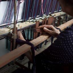 久留米織りかっぽうチュニック 伝統的な久留米織り生地を使用しており、織りから縫製に至るまで一貫した国内生産で作られています。